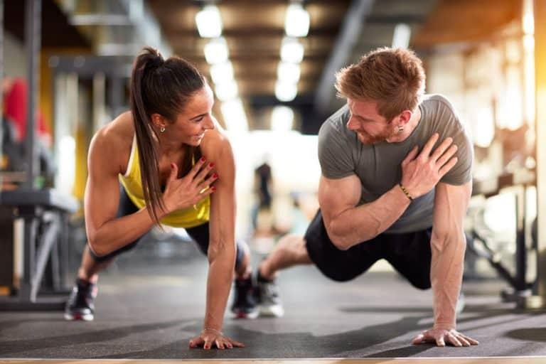 Un chico y una chica haciendo ejercicio