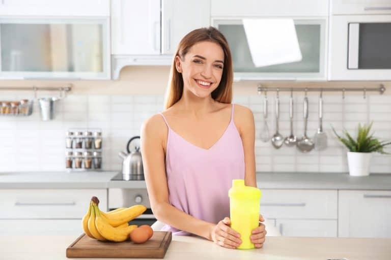 Una chica con un batido de proteína