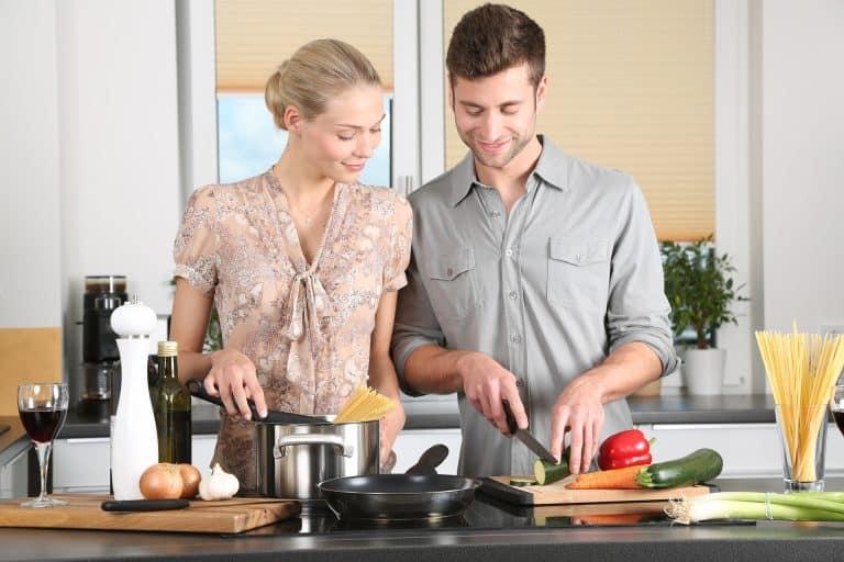 Una pareja cocinando