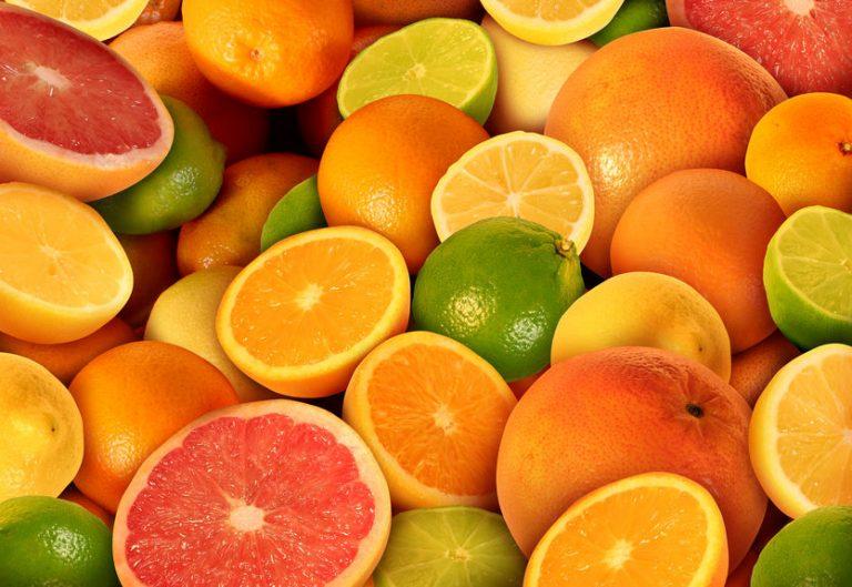 Imagen con varias naranjas, algunas cortadas por la mitad