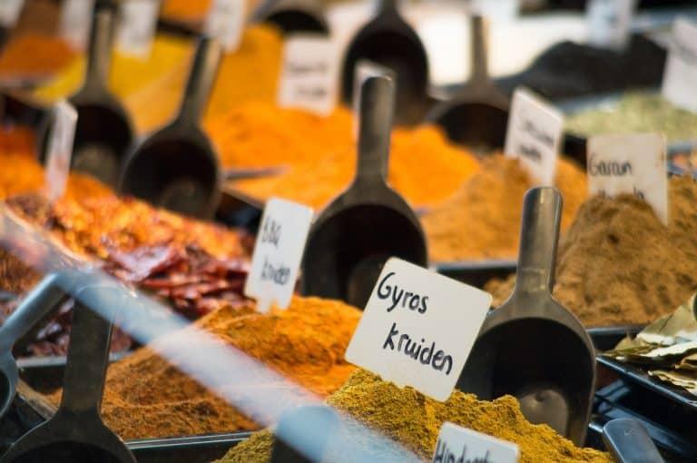 Varias especias en un mercado